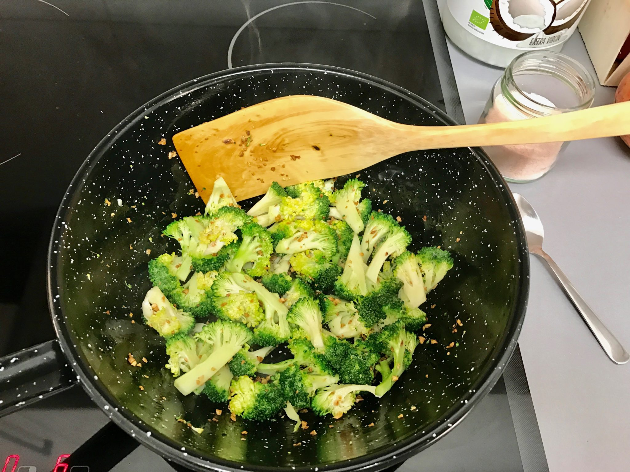 Fry the broccoli 'til the color turns bright green, and add salt. Squeeze the lemon juice in afterwards